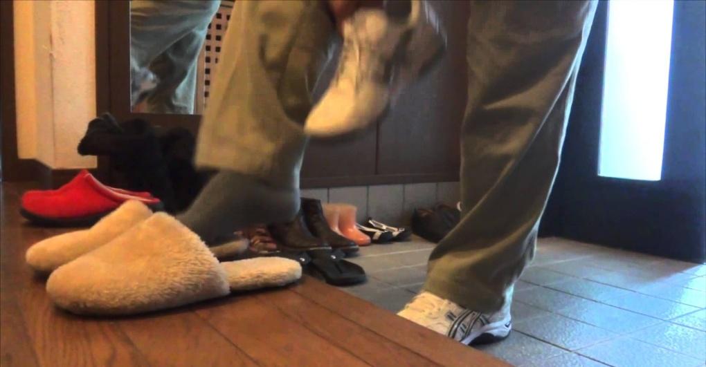 togliersi le scarpe per entrare in classe