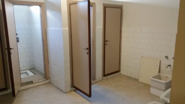 Al bagno in orari prestabiliti la circolare del preside crea la rivolta degli studenti - Andare spesso in bagno ...