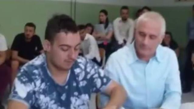 insegnante scoppia in lacrime