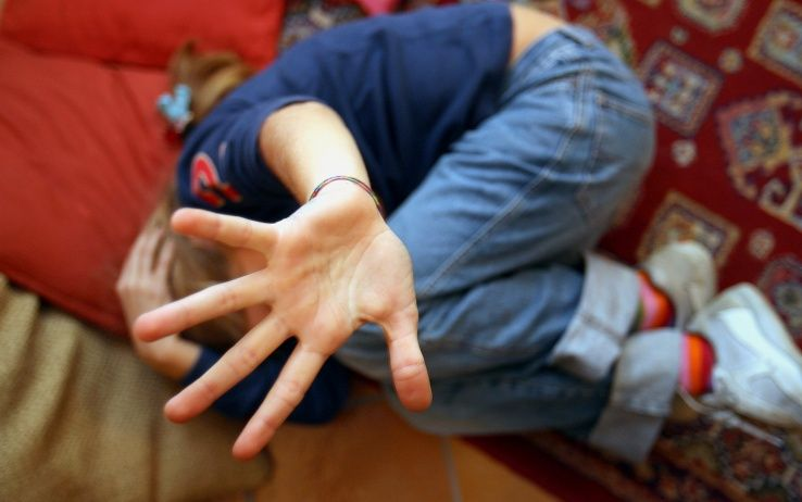 Bidello 51enne Violenta un Bambino