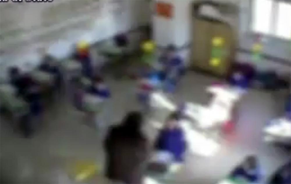 schiaffeggia in classe