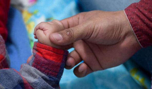 Bambino 9 Mesi Urla.Sente Le Urla Disperate Di Una Mamma E Decide Di Intervenire Elio Salva Bimba Di 9 Mesi Con Un Massaggio Cardiaco