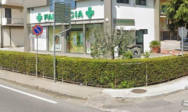 Borsa Abbandonata Davanti alla Farmacia