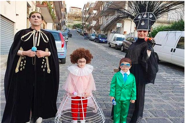 la famiglia vestita da achille lauro per carnevale