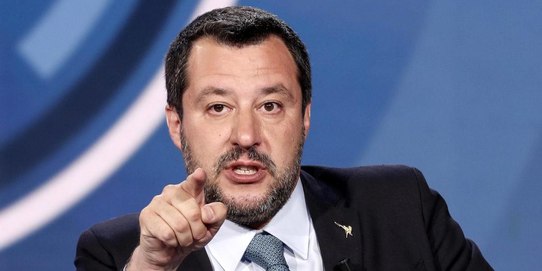 Scuola, La Critica di Salvini: Banco con Rotelle Utile per Accompagnare Azzolina a Casa
