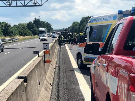 Scontro Mortale tra Camion e Auto: Disastro Sulla A1