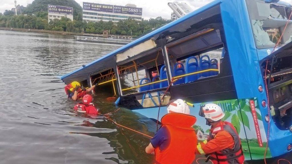 Cina: Gli Tolgono La Casa, Autista Fa Finire nel Lago Autobu