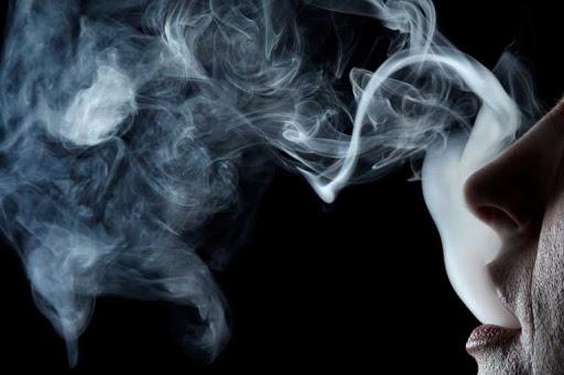Fa Fumare Compiaciuto una Sigaretta alla Nipotina e Pubblica