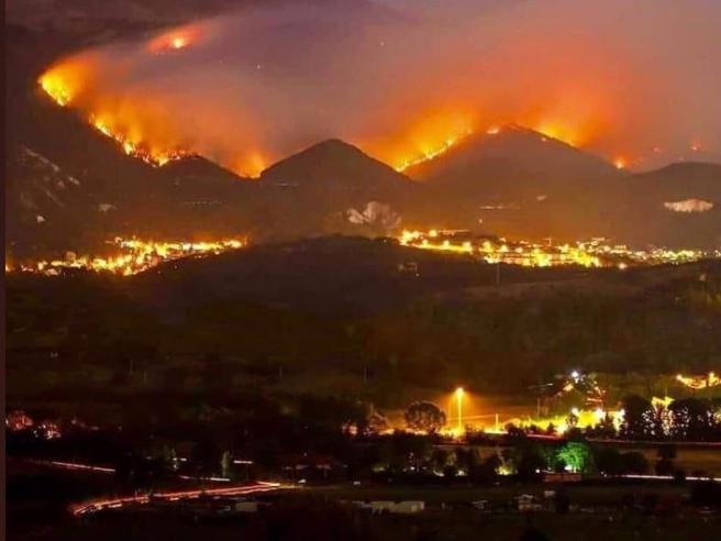 Devastanti Incendi Circondano L'Aquila |  Bruciati Già 200 Ettari di Bosco