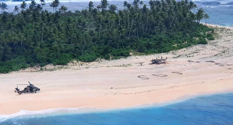 """Finiscono in un'Isola Deserta in Micronesia e Finiscono La Benzina, Salvati Grazie alla Scritta """"SOS"""""""